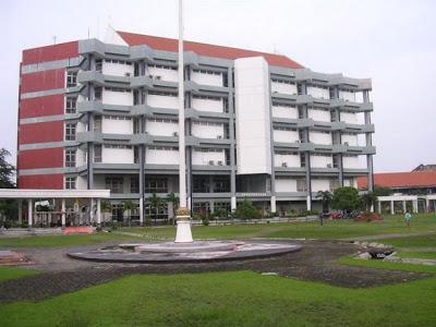 6 Universitas Terbaik Dan Terkenal Di Indonesia [ http://asalasah.blogspot.com/2013/01/6-universitas-terkenal-dan-terbaik-di.html ]